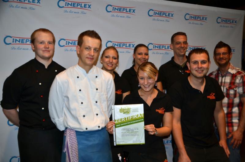 Hygiene-Smiley Zertifizierung. Übergabe an das Team des Cineplex Goslar.